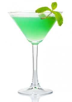 Groene alcoholcocktail met verse muntbladeren die op wit worden geïsoleerd