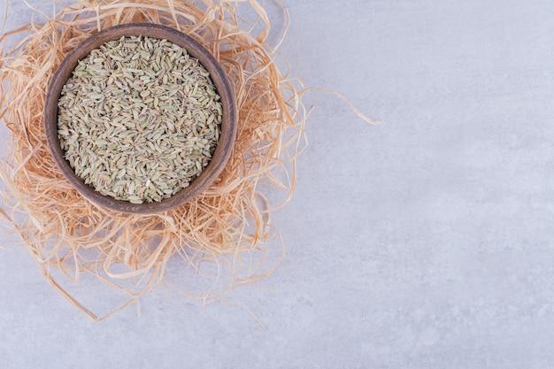 Groene anijs zaden geïsoleerd op betonnen ondergrond
