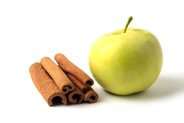 Groene appel en een voorraad kaneelstokjes