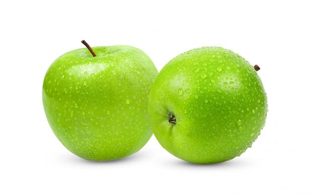 Groene appel geïsoleerd op een witte achtergrond met waterdruppel in volledige diepte van het veld