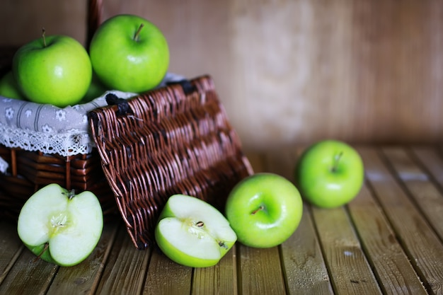 Groene appel in een mand