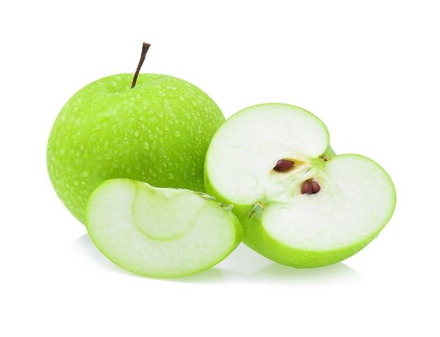Groene appel met een druppel water op wit