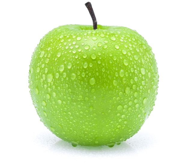 Groene appel met waterdruppels op witte achtergrond