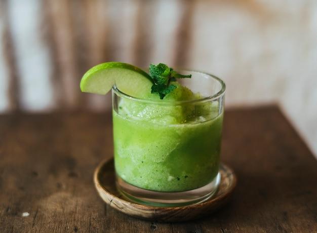 Groene appel smoothie op een houten tafel