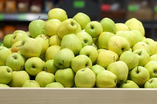 Groene appels in de supermarkt