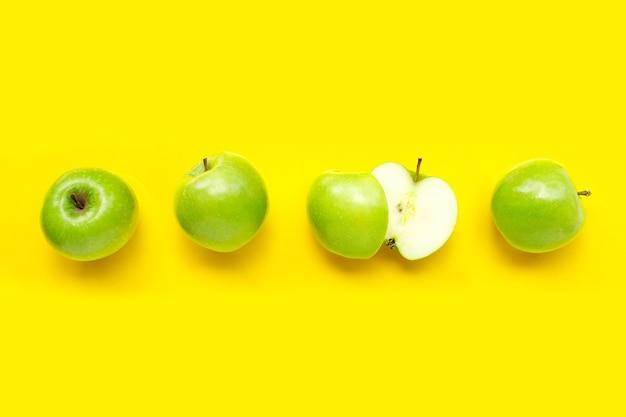 Groene appels op geel. bovenaanzicht