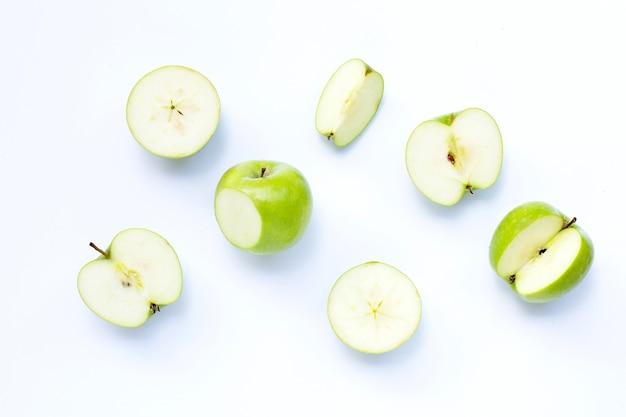 Groene appels op geïsoleerd wit.