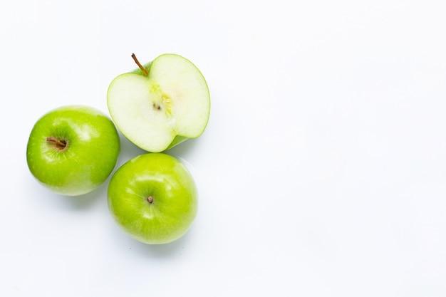 Groene appels op wit. kopieer ruimte