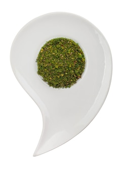 Groene aromatische kruiden op een plaat op een witte achtergrond. uitknippad