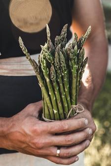 Groene asperges bewaard in mannenhanden
