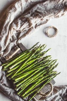 Groene asperges op een oude wightlijst