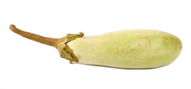 Groene aubergine geïsoleerd op een witte achtergrond
