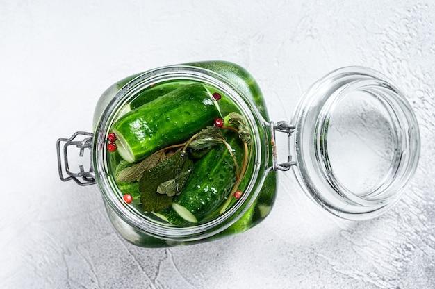 Groene augurk komkommers in een glazen pot. natuurlijk product