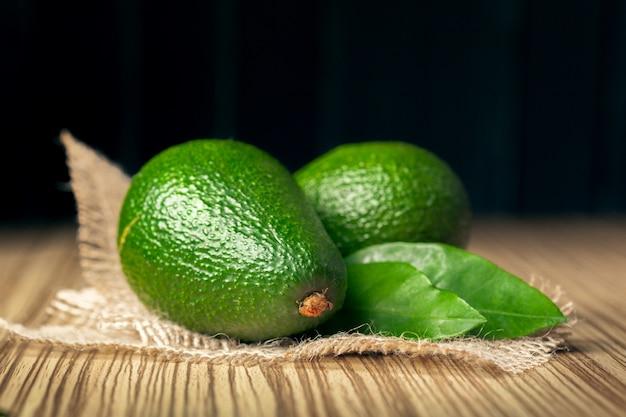 Groene avocado op zak