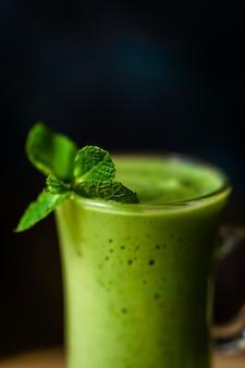Groene avocadomilkshake. heerlijke en gezonde smoothie