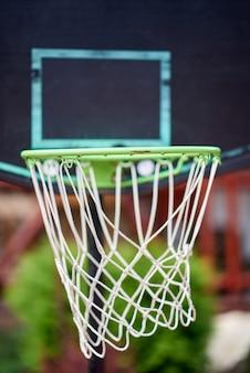 Groene basketbalhoepel in dichte omhooggaand