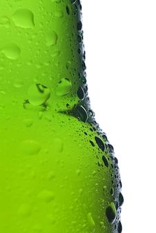 Groene bierfles met waterdruppels geïsoleerd op wit