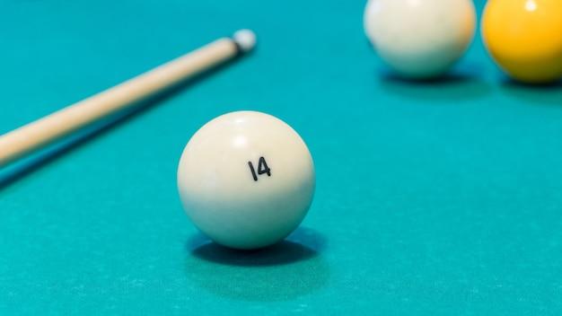 Groene biljarttafel met witte ballen en keu. detailopname