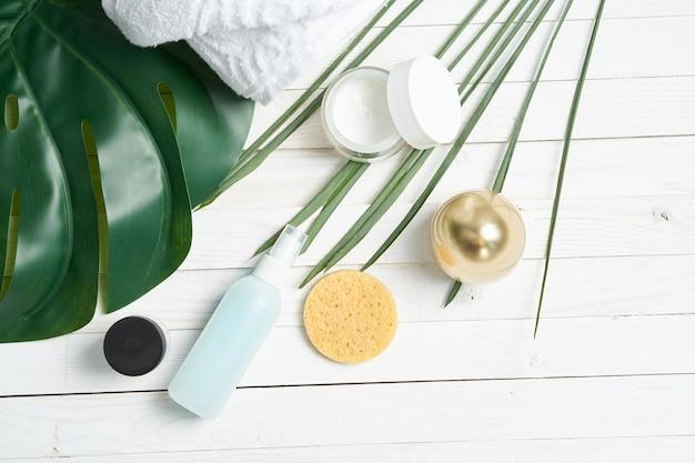Groene bladeren cosmetica badkamer benodigdheden decoratie decoratieve houten achtergrond. hoge kwaliteit foto