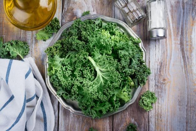 Groene boerenkoolbladeren op plaat