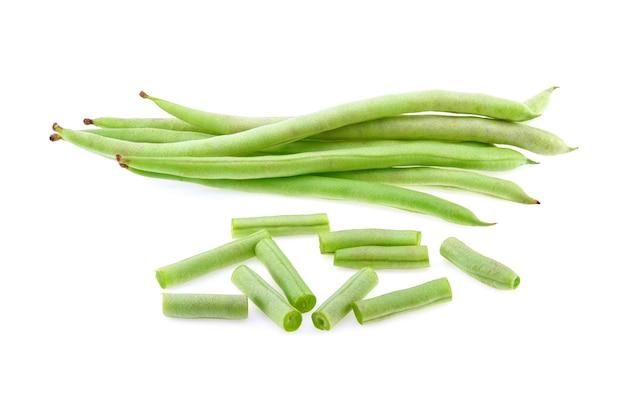 Groene bonen geïsoleerd op een witte achtergrond