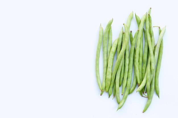 Groene bonen op witte ondergrond