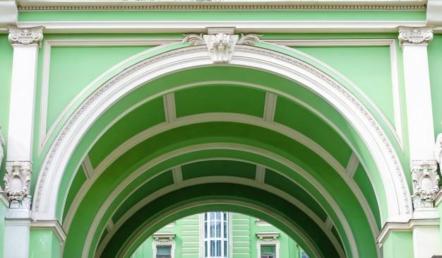 Groene boog klassieke architectuur een stedelijk uitzicht