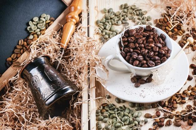 Groene, bruine en zwarte koffiebonen