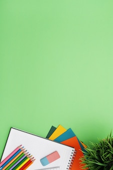 Groene bureau met briefpapier, bovenaanzicht, copypace