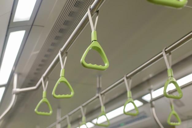 Groene bus en treinhouder