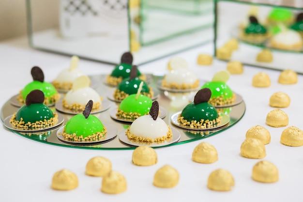 Groene candy bar met ballen, bitterkoekjes op de bruiloft