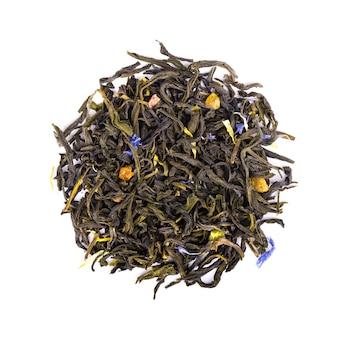 Groene ceylon-thee met korenbloem en gekonfijte vrucht, die op witte achtergrond wordt geïsoleerd. bovenaanzicht.