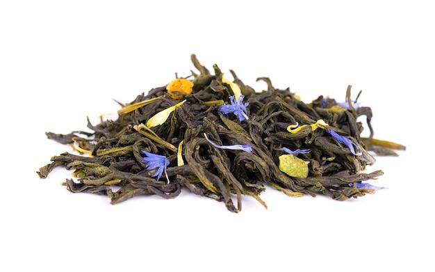 Groene ceylon-thee met korenbloem en gekonfijte vrucht, die op witte achtergrond wordt geïsoleerd.