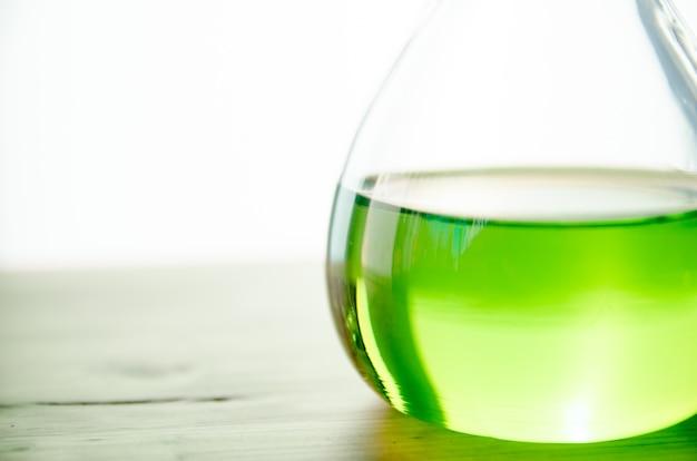 Groene chemische op kolf op tafel in het lab
