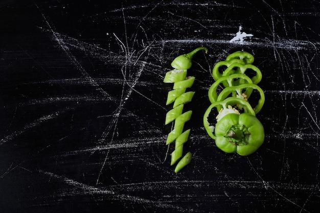 Groene chili peper op zwart