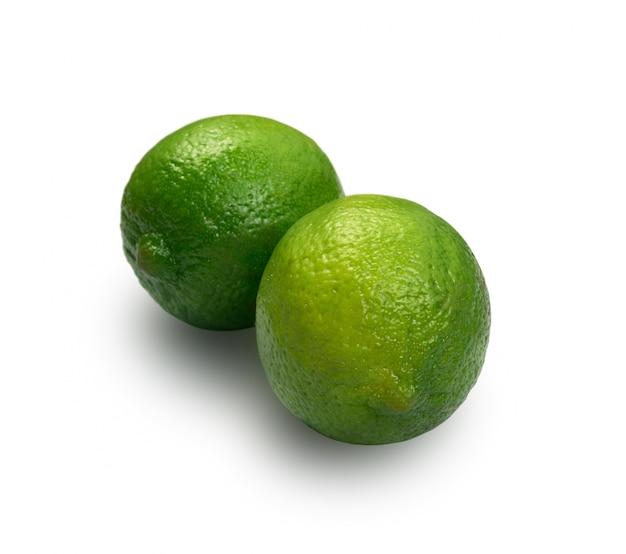 Groene citroenen geïsoleerd met uitknippad