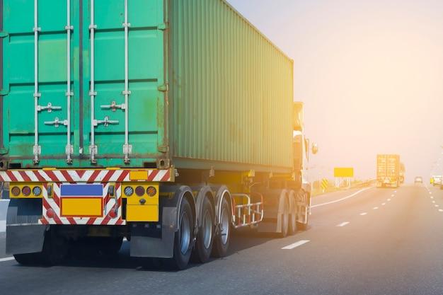 Groene containervrachtwagen op de weg