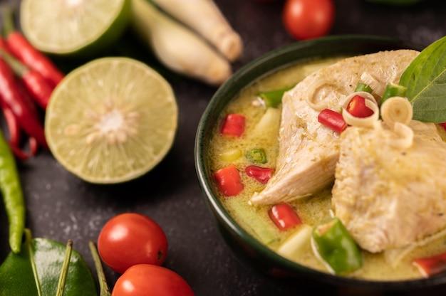 Groene curry gemaakt met kip, chili en basilicum, met tomaat, limoen, kaffir limoenblaadjes en knoflook.