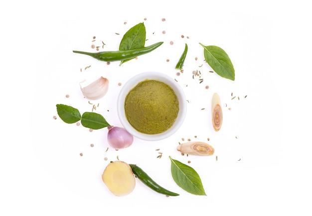 Groene curry paste geïsoleerd op een wit oppervlak, bovenaanzicht, plat leggen