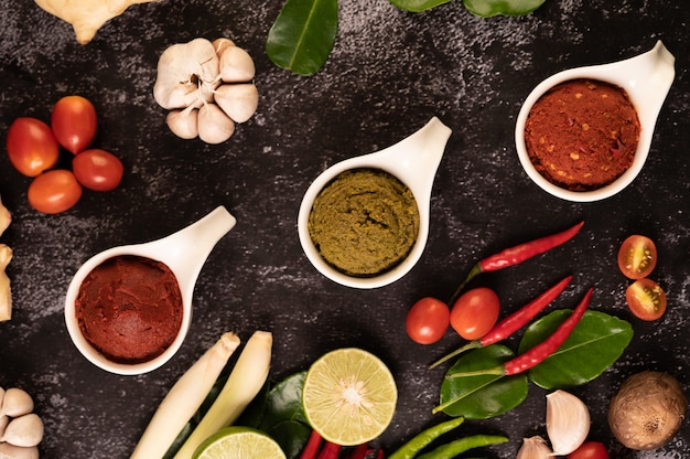 Groene currypasta en rode currypasta gemaakt van chili.