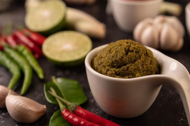 Groene currypasta gemaakt van chili