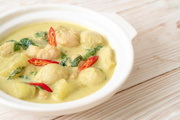 Groene currysoep met varkensgehakt en balletje gehakt