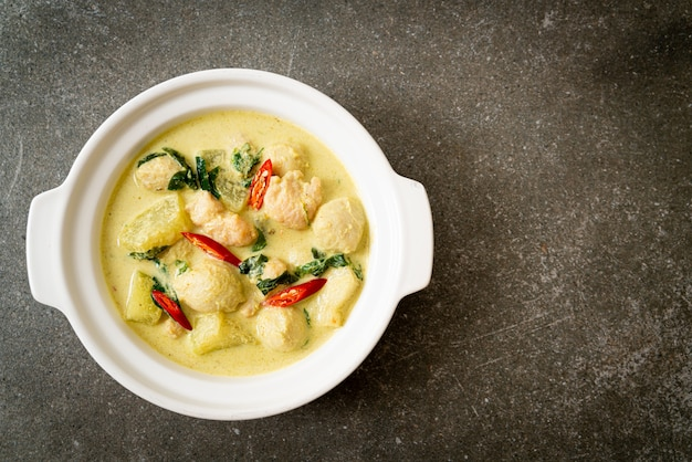 Groene currysoep met varkensgehakt en gehaktbal in kom, aziatische voedselstijl