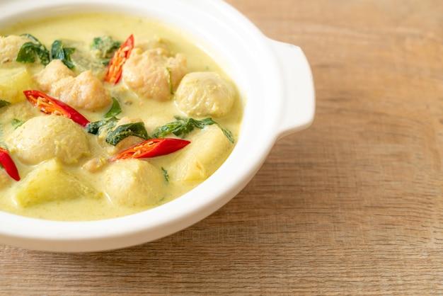 Groene currysoep met varkensgehakt