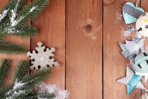 Groene dennenboom met speelgoed en sneeuw op houten oppervlak