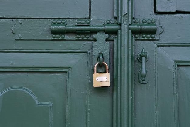 Groene deur vergrendeld