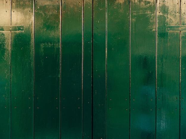Groene deuren houtstructuur oude shabby bestraalde verf