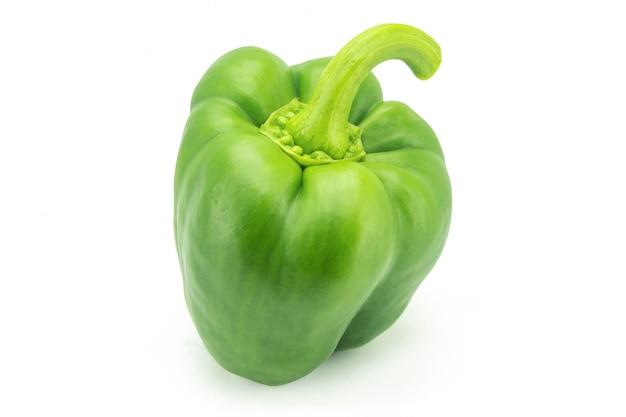 Groene die groene paprika of paprika of capcicum op wit met het knippen van weg wordt geïsoleerd