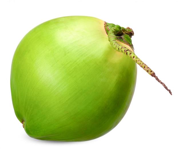 Groene die kokosnoot op witte het knippen weg wordt geïsoleerd