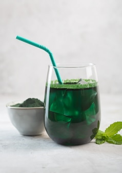 Groene drank bereid met eencellige groene algen chlorella. detox superfood in het glas